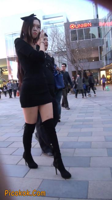 街拍高跟长筒靴黑丝短裙少妇33