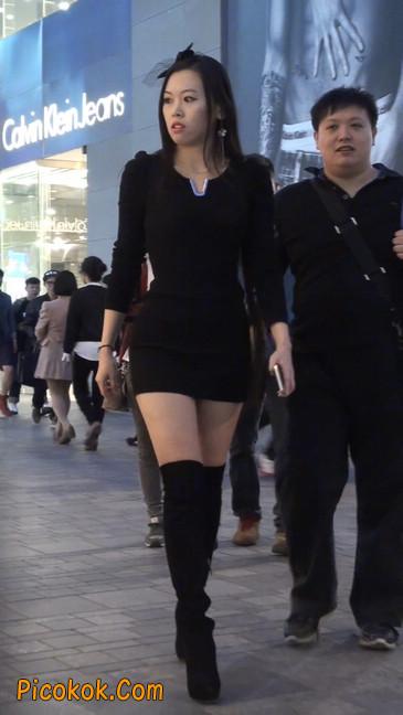 街拍高跟长筒靴黑丝短裙少妇46