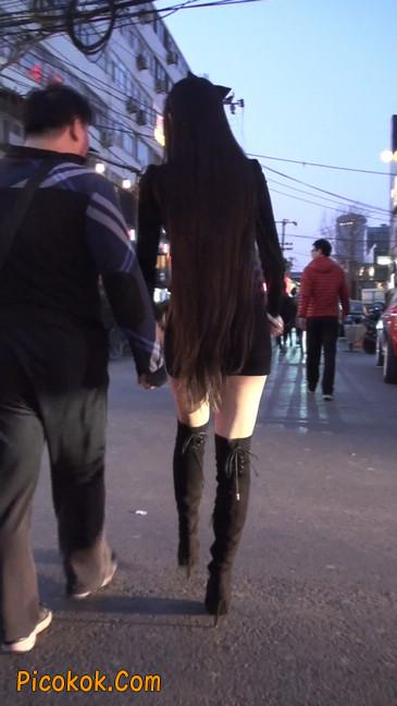 街拍高跟长筒靴黑丝短裙少妇52