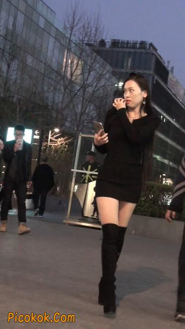 街拍高跟长筒靴黑丝短裙少妇53