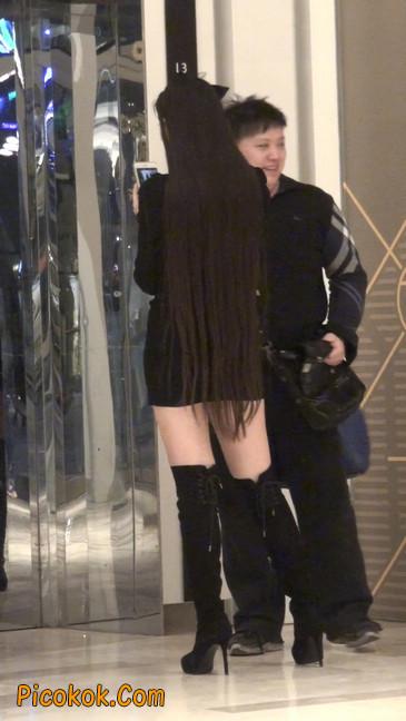 街拍高跟长筒靴黑丝短裙少妇56