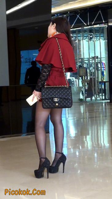 黑丝美女在商场里等人带走1