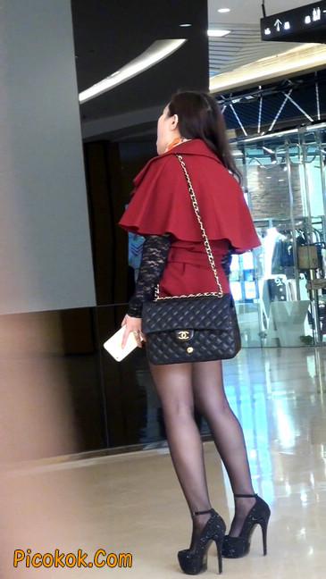 黑丝美女在商场里等人带走2