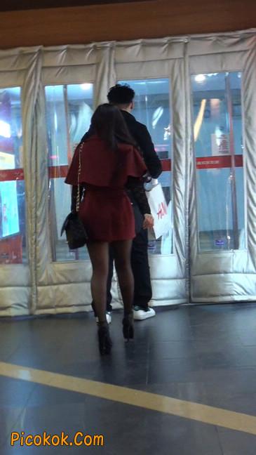黑丝美女在商场里等人带走14