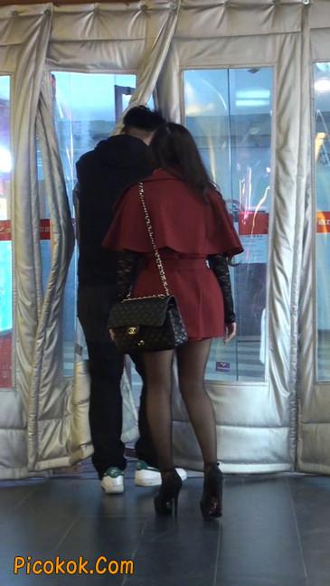 黑丝美女在商场里等人带走15