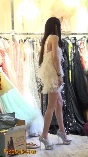 试衣间里的美女换了好多套衣服真漂亮