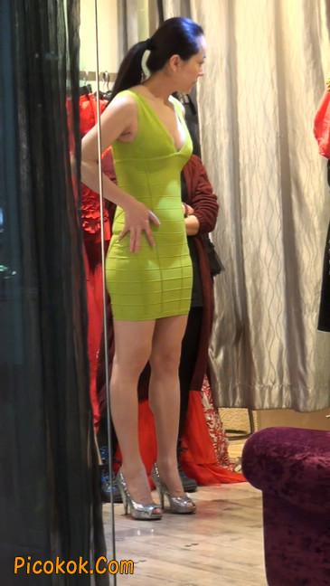 试衣间里的美女换了好多套衣服真漂亮15