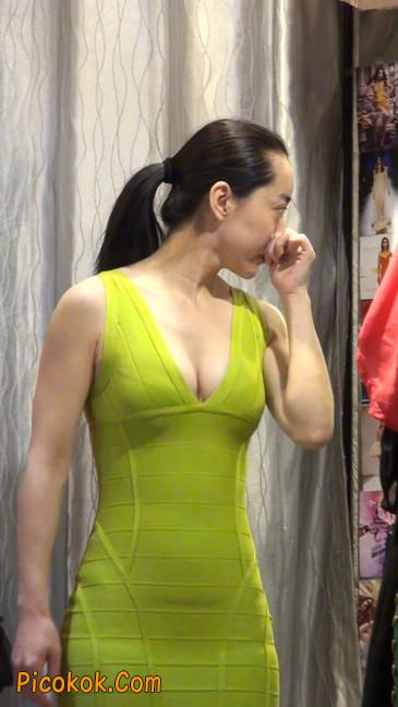 试衣间里的美女换了好多套衣服真漂亮29