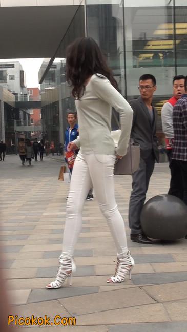街拍十分性感的白色紧身牛仔裤美女5