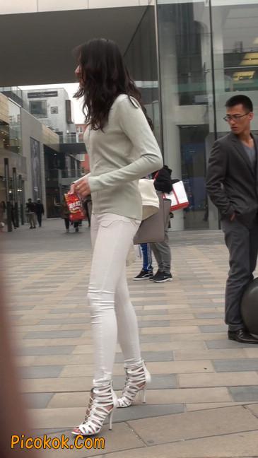 街拍十分性感的白色紧身牛仔裤美女6