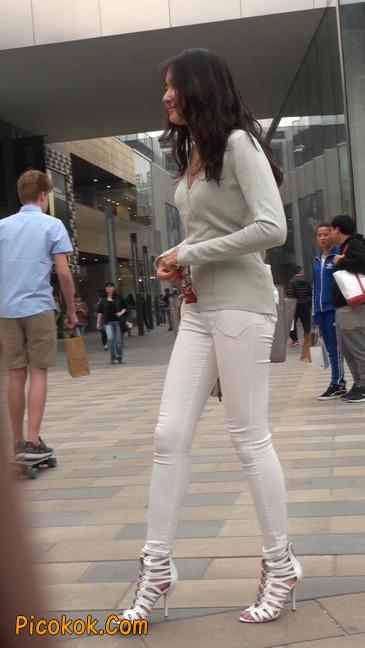 街拍十分性感的白色紧身牛仔裤美女7