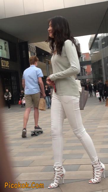 街拍十分性感的白色紧身牛仔裤美女8
