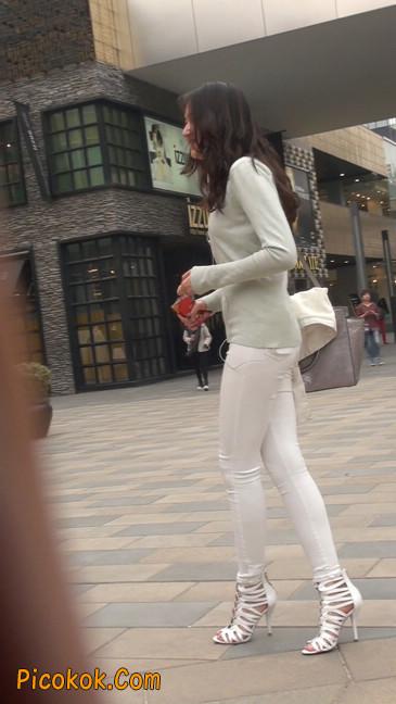 街拍十分性感的白色紧身牛仔裤美女10