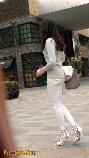 街拍十分性感的白色紧身牛仔裤美女11