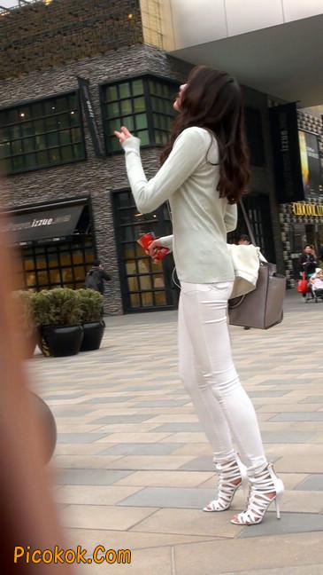 街拍十分性感的白色紧身牛仔裤美女12