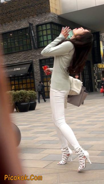 街拍十分性感的白色紧身牛仔裤美女13