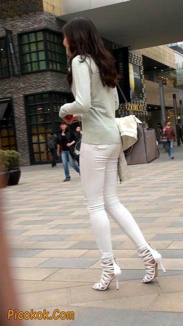 街拍十分性感的白色紧身牛仔裤美女14