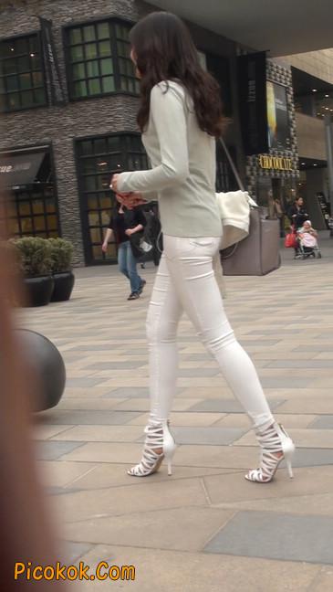 街拍十分性感的白色紧身牛仔裤美女15
