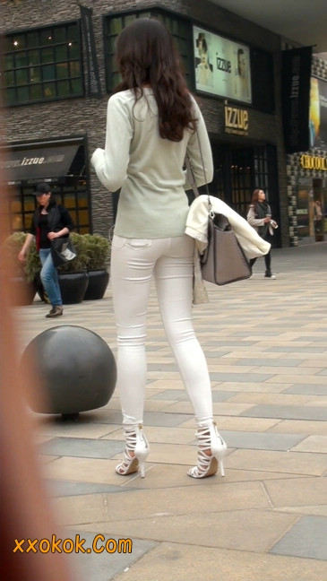 街拍十分性感的白色紧身牛仔裤美女16