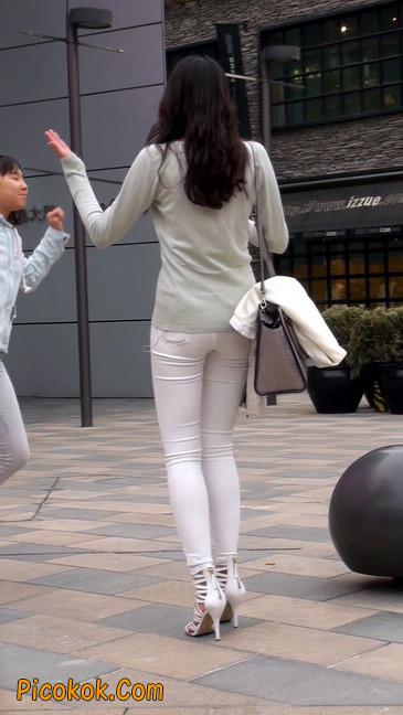 街拍十分性感的白色紧身牛仔裤美女17