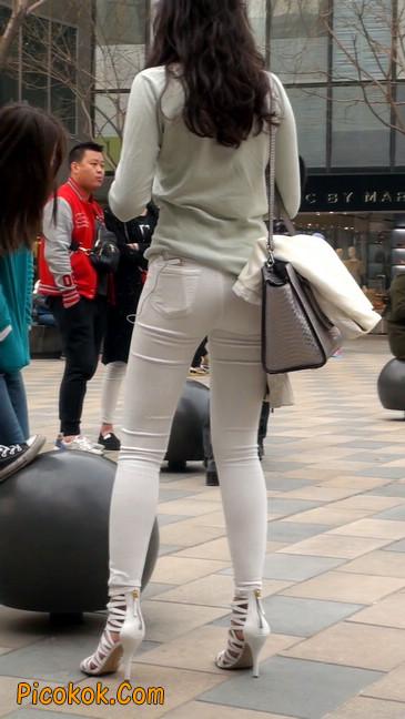 街拍十分性感的白色紧身牛仔裤美女20