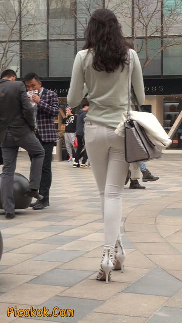 街拍十分性感的白色紧身牛仔裤美女21