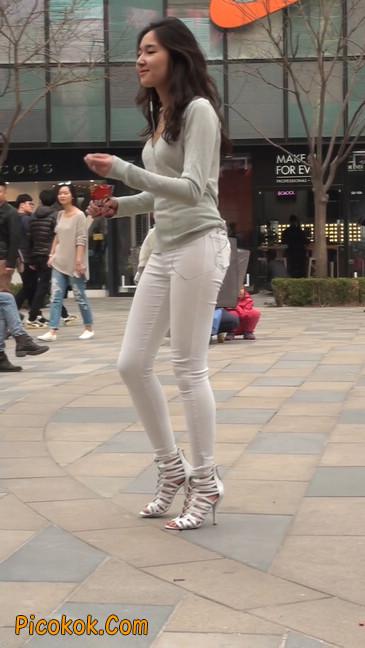 街拍十分性感的白色紧身牛仔裤美女22