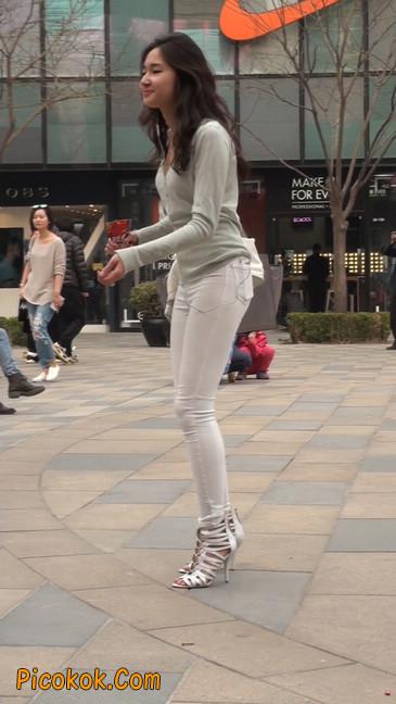 街拍十分性感的白色紧身牛仔裤美女23