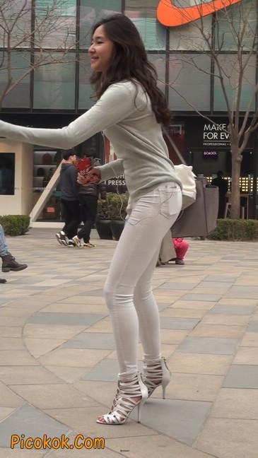 街拍十分性感的白色紧身牛仔裤美女24
