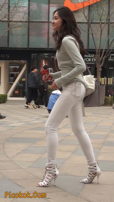 街拍十分性感的白色紧身牛仔裤美女25
