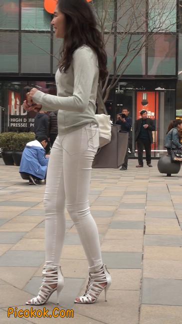 街拍十分性感的白色紧身牛仔裤美女26