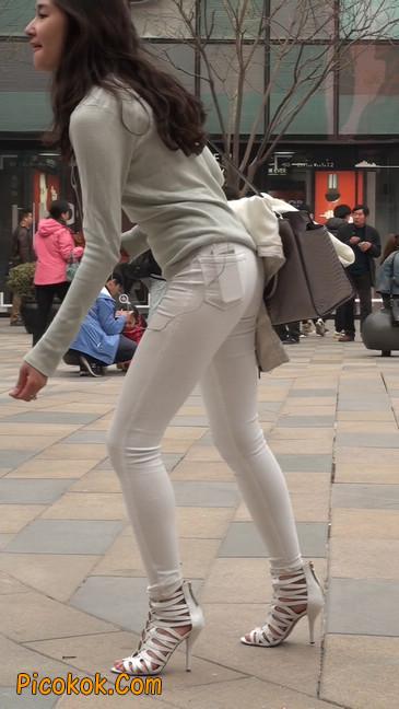 街拍十分性感的白色紧身牛仔裤美女27