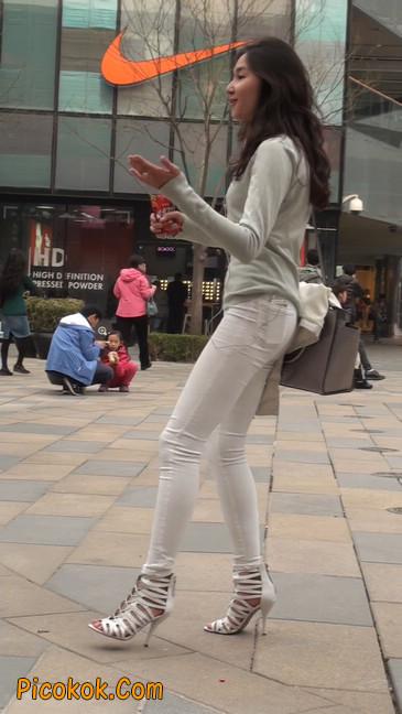 街拍十分性感的白色紧身牛仔裤美女28