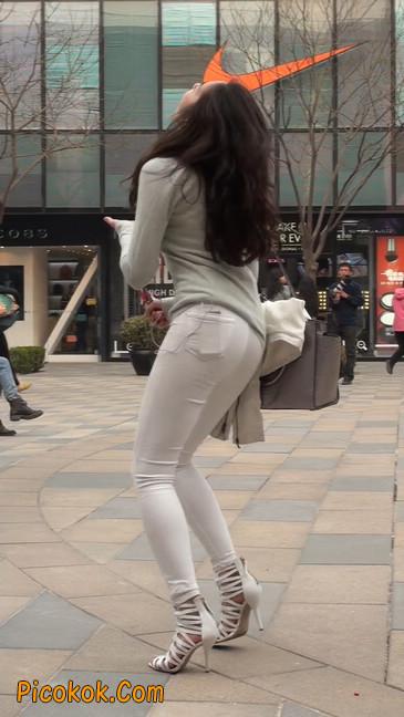 街拍十分性感的白色紧身牛仔裤美女29