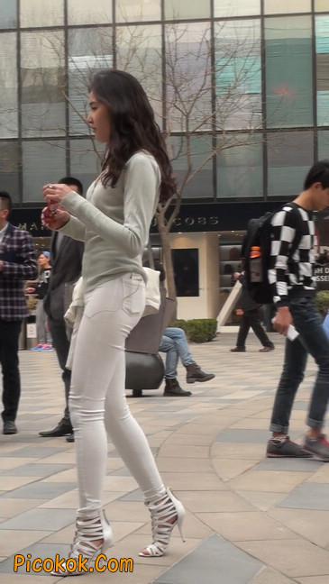 街拍十分性感的白色紧身牛仔裤美女32