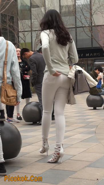 街拍十分性感的白色紧身牛仔裤美女33