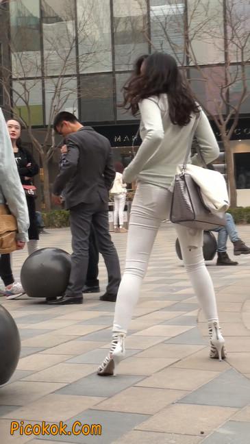 街拍十分性感的白色紧身牛仔裤美女34