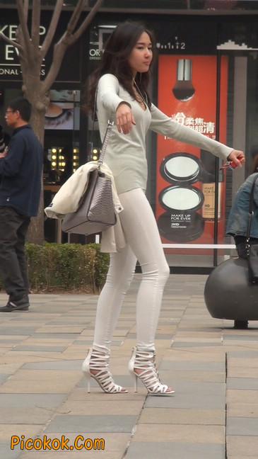 街拍十分性感的白色紧身牛仔裤美女37
