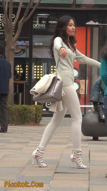 街拍十分性感的白色紧身牛仔裤美女38