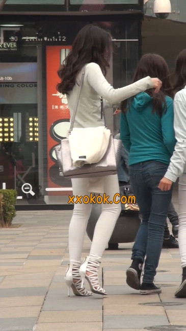街拍十分性感的白色紧身牛仔裤美女39