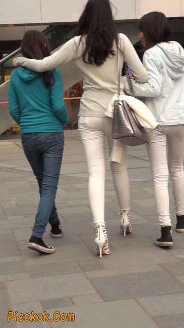 街拍十分性感的白色紧身牛仔裤美女40