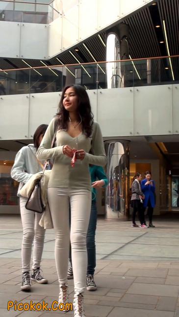 街拍十分性感的白色紧身牛仔裤美女44
