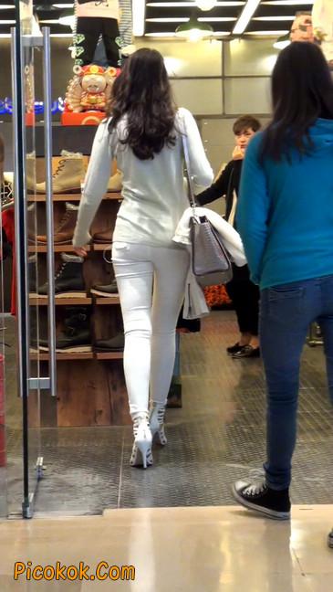 街拍十分性感的白色紧身牛仔裤美女45
