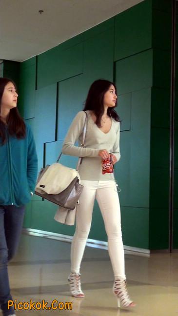 街拍十分性感的白色紧身牛仔裤美女46