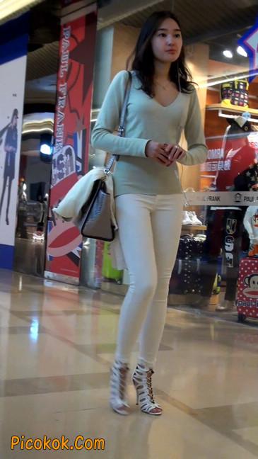街拍十分性感的白色紧身牛仔裤美女47