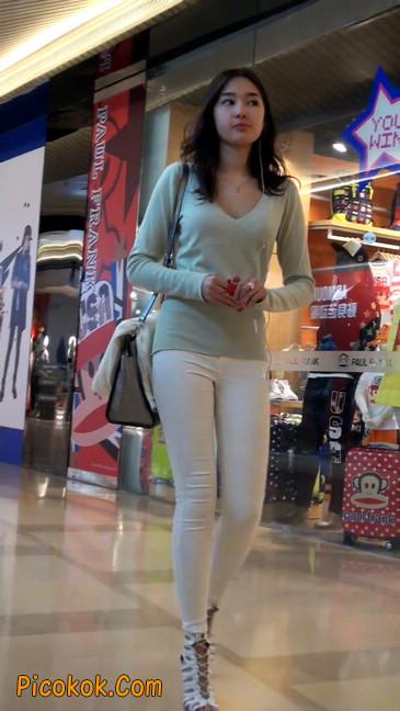 街拍十分性感的白色紧身牛仔裤美女48