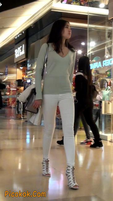 街拍十分性感的白色紧身牛仔裤美女49