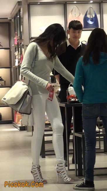 街拍十分性感的白色紧身牛仔裤美女50