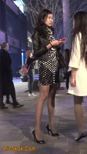 街拍黑丝短裙少妇逛街中