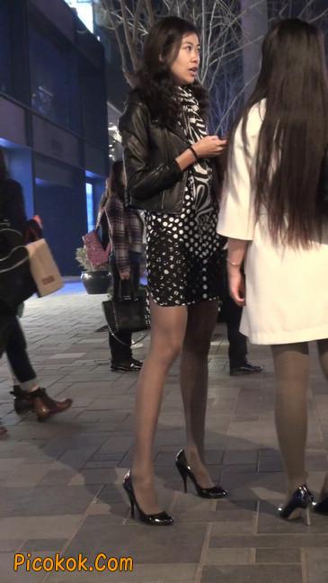 街拍黑丝短裙少妇逛街中1